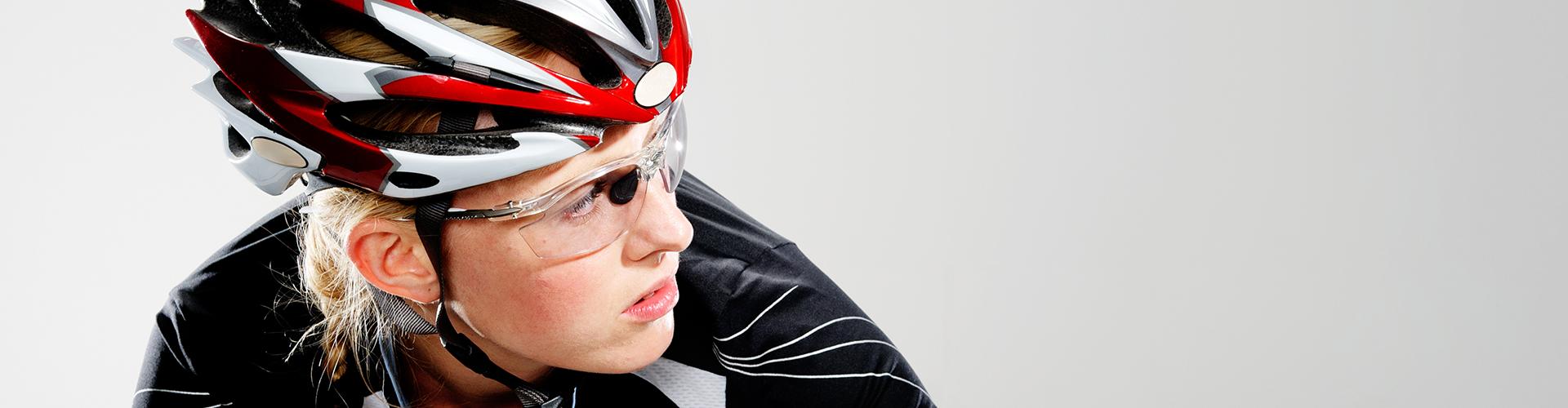 af067ac6e3 É normal associar os óculos de ciclismo à proteção contra os raios solares.  Esse é, realmente, um dos motivos para os ciclistas procurarem por modelos  ...