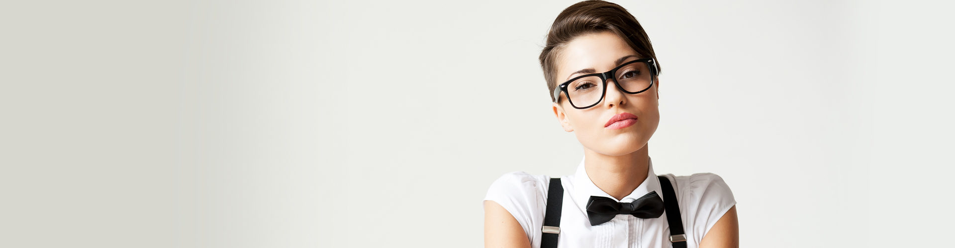 """0b63f6f90ad9a Já foi o tempo em que usar óculos de grau era motivo de bullying e pretexto  para o uso de apelidos como os famosos """"quatro olhos"""" e lente fundo de  garrafa."""