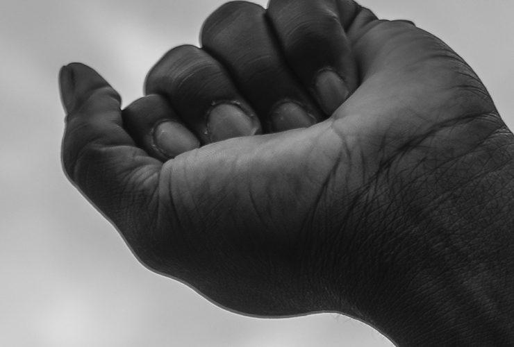 mão negra punho fechado